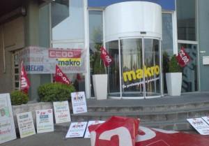 Concentración realizada frente a las puertas de la Oficina Central de Makro en Madrid